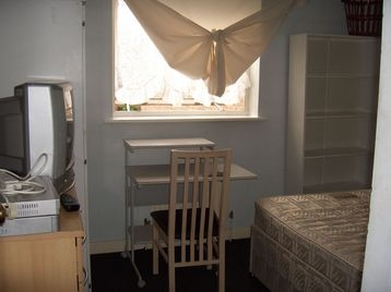 this is holiday renting from 21 june to 10 august only Bermondsey Surrey Quays New Cross Elephant & Castle Canary Wharf Rotherhite next to Thames riverside Your room is £100 per week plus 10 pounds 07305269983